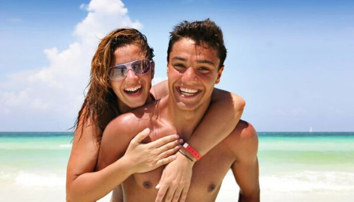 happy_couple_on_the_beach_vacation
